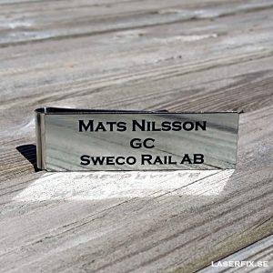 Namnskylt med militärklämma – Exempel – Borstat silver med svart gravyr