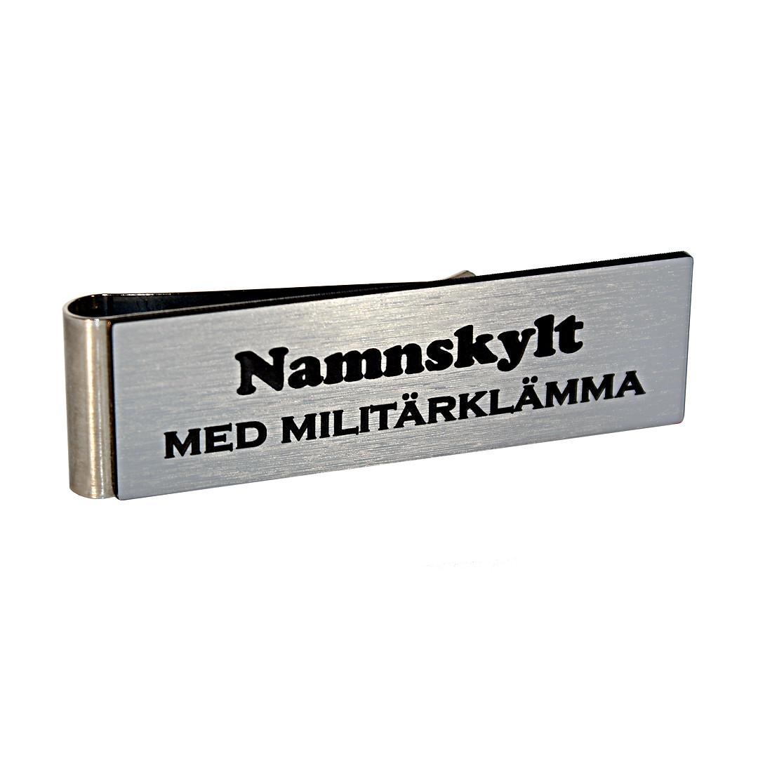 laserfix-namnskylt-med-militarklamma-borstat-silver-svart-3750-1080×1080