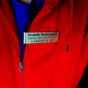 Det är svårt att fotografera namnskyltar med blank yta!