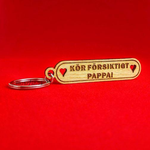 Nyckelring i trä med graverad text - KÖR FÖRSIKTIGT PAPPA
