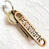 Nyckelring i trä med utskuret namn - JENNIFER