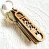 Nyckelring i trä med utskuret namn - JESSIE