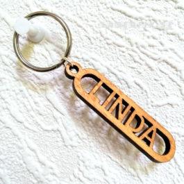 Nyckelring i trä med utskuret namn – LINDA