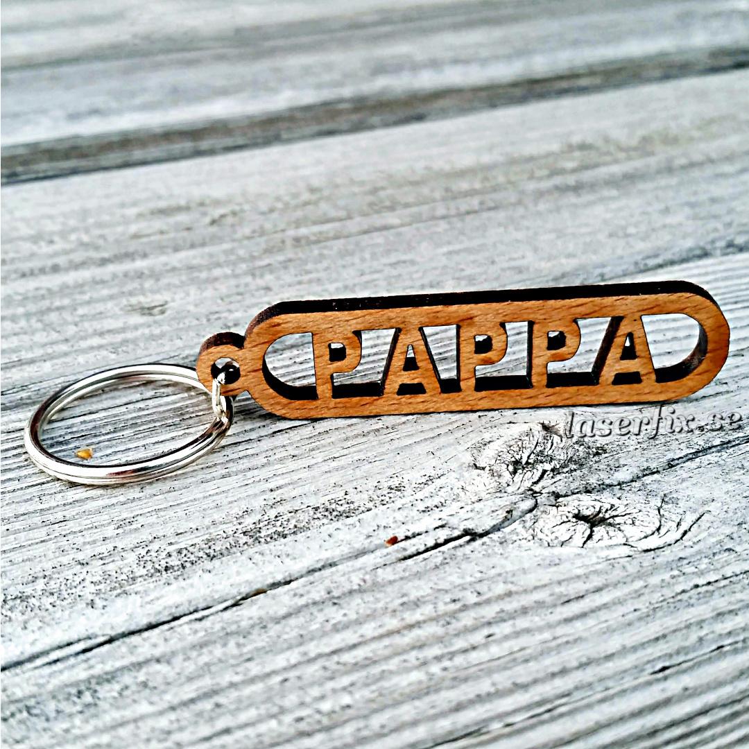 Nyckelring i trä med text – PAPPA