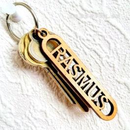 Nyckelring i trä med utskuret namn – RASMUS