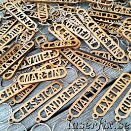 Nyckelringar i trä med valfri text eller namn